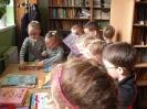 Uczniowie klasy 1a i 1b w bibliotece _4