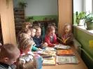 Uczniowie klasy 1a i 1b w bibliotece _7